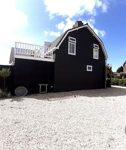 Zonnig huis met tuin nabij strand en duin