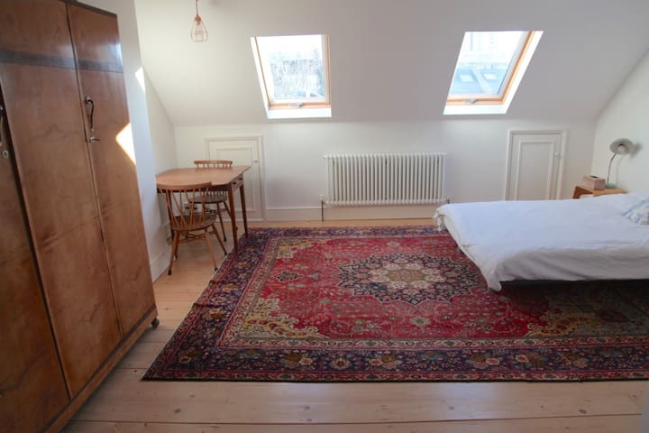 Large loft room, en suite, London, breakfast!
