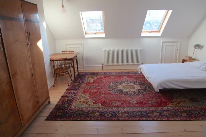 Large loft room, en suite, London, breakfast!