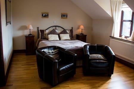 Spacious comfortable en suite double bedroom (Rm2) - Castlemaine