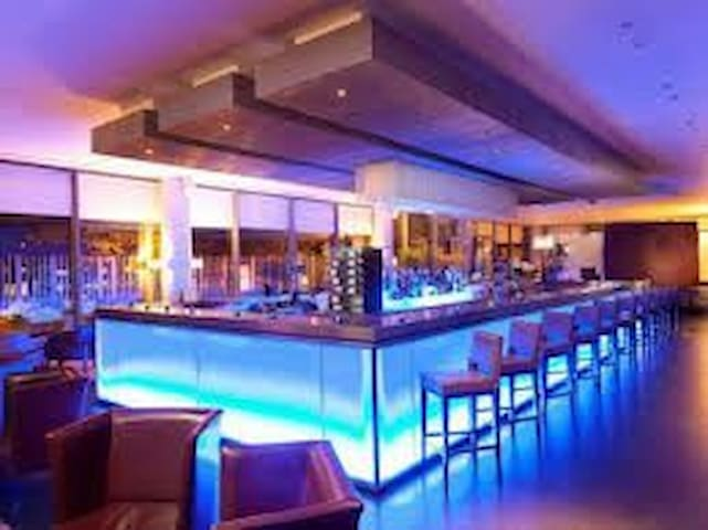 Docklands Bar and Grill at the Crowne Plaza restaurant combines elegance and sophistication with a chef who finds exciting ways to revolutionise traditional dishes. The ultra-stylish bar serves up mouth-watering cocktails along with Thames views.