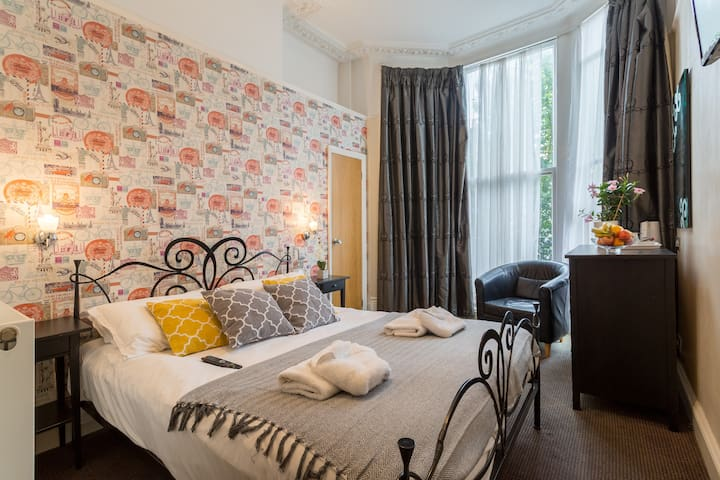 Beautiful & sunny room, 5 min to Brighton beach