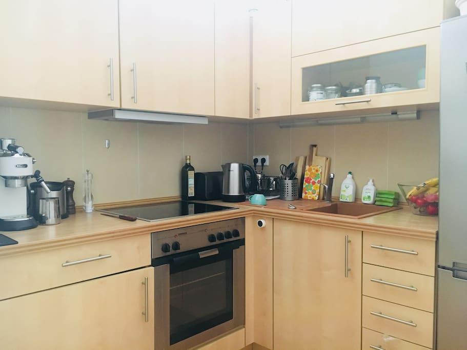 Kleine, aber gut ausgestattete Küche mit  super Espressomaschine