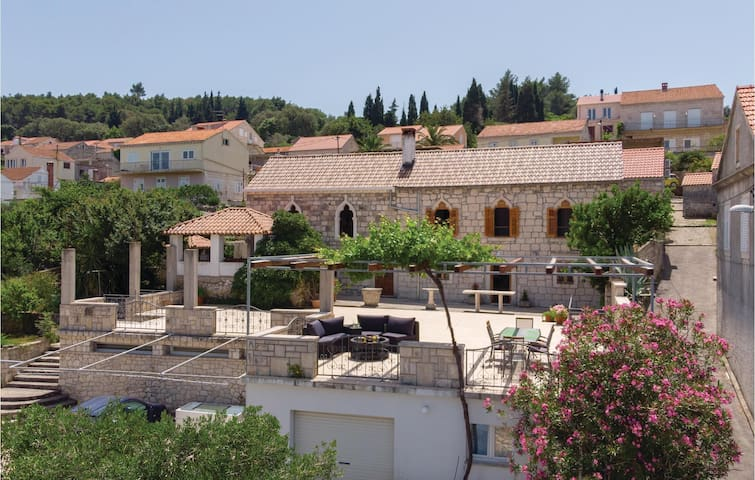 Holiday cottage with 3 bedrooms on 80m² in Lumbarda