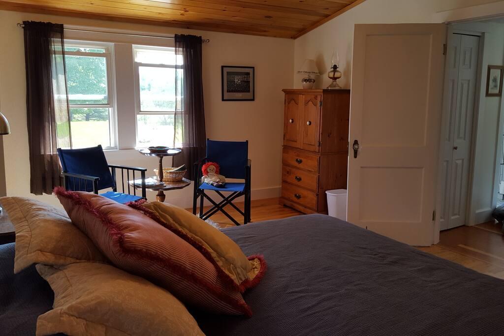 The queen bed room.