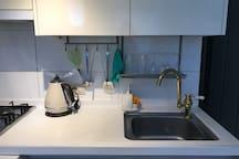 간단한 요리를 할 수 있는 시설이 갖추어져 있습니다.  식기, 컵, 와인잔, 맥주잔, 후라이팬2, 냄비2 등등^^