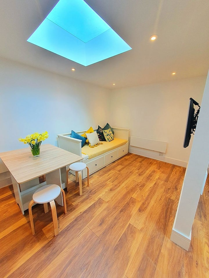 Luxury detached studio- walking distance to CWOA!