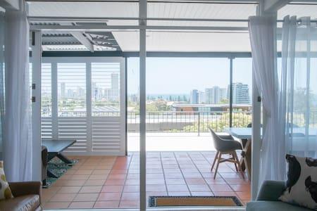 Burleigh Hill Villa, Walk to Beach. Views forever. - Burleigh Heads - Wohnung