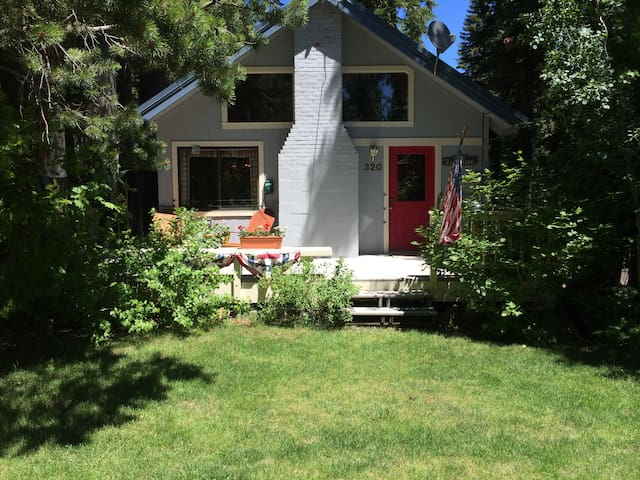 Cheerful, boutique cabin near lake, trails, skiing