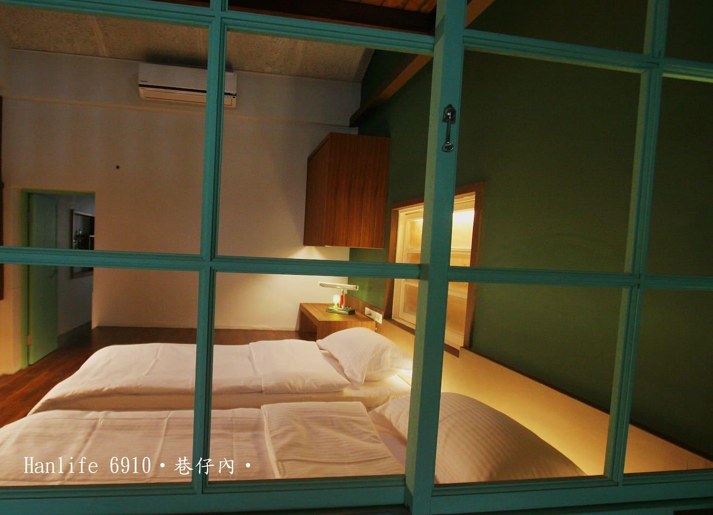 開放式的空間,可以在客廳吧台與臥鋪的家人或朋友聊天