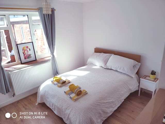 Bright, Double bedroom 1 min walk to Central line.