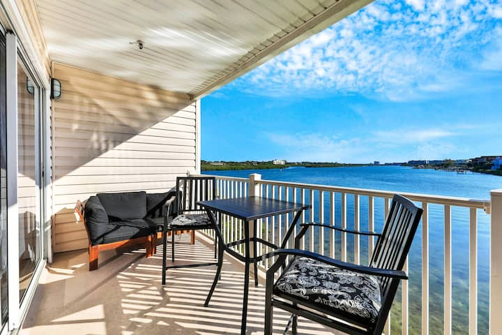 Waterfront condo with shared heated pool and splendid views - Dogs ok!