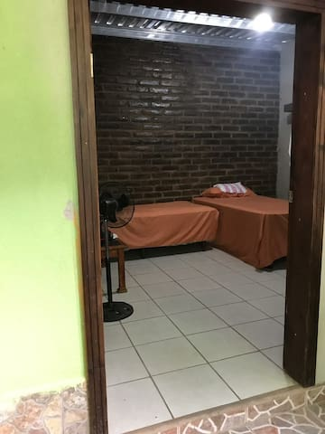 Cómoda habitación dentro de una casa