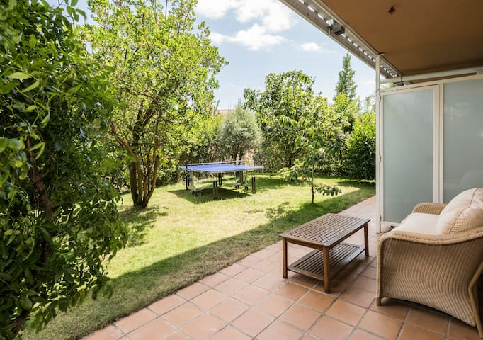 Quiet and bright apartment with big private garden - San Lorenzo de El Escorial - Lägenhet