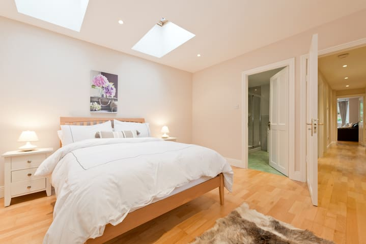 Superb S/C Garden Flat in Dalkey/Killiney Villa - Dalkey - Lejlighed