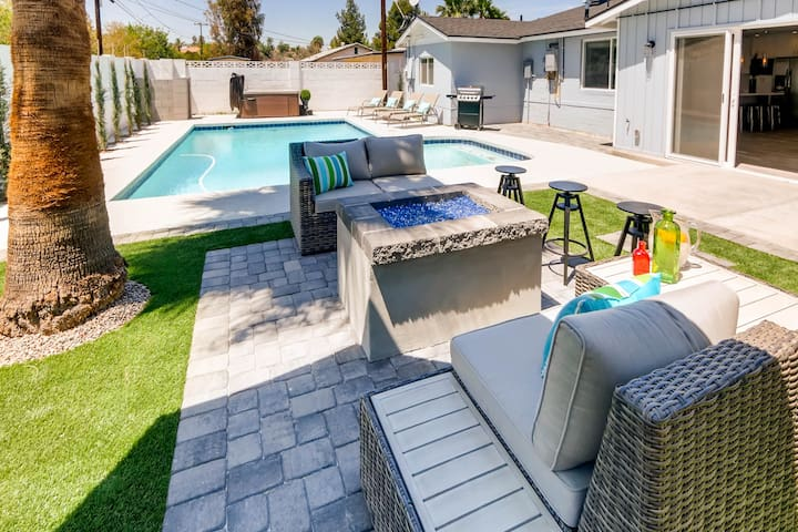 CHIC OUTDOOR LIVING HOT TUB + FIRE PIT- SLEEPS 14!
