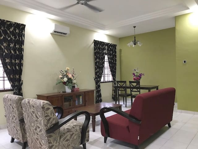 4br Setia Indah Cosy Home. Landed Gated & Guarded.