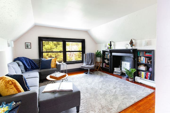 Stylish flat in the heart of Elmwood w/parking