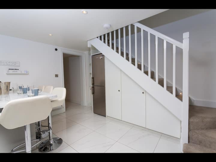 Prime location new 2bed townhouse with private Bar