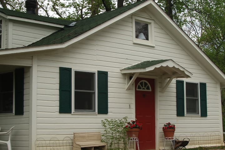 Nauvoo Cottages, Est.  2006,  Emma's Cottage