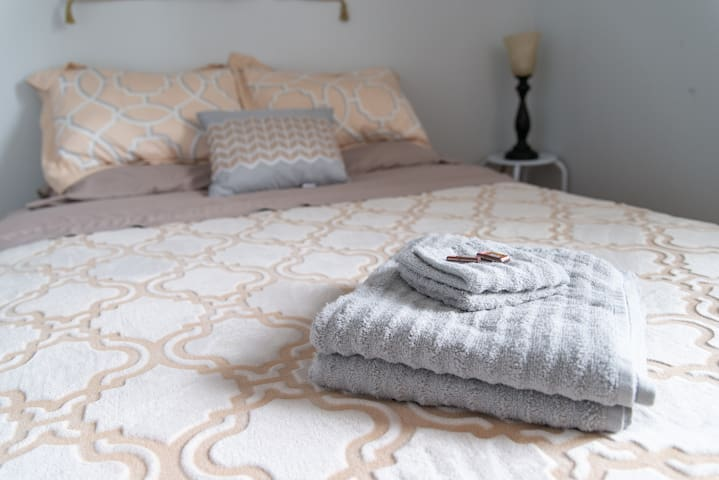 Sleep well on this cozy queen bed! Clean towels provided for your stay, as well, so you can dry off after a nice hot shower.