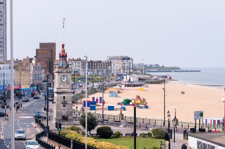 The Margate Sands. Amazing beach views & central.