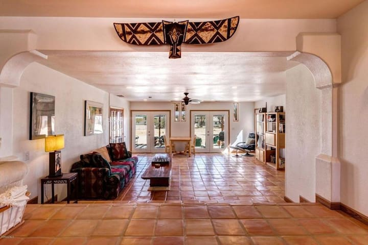 Joshua Tree Hacienda: Desert,Space,Luxury,Location