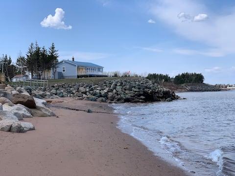 Domek na plaży nad oceanem, widok na ocean