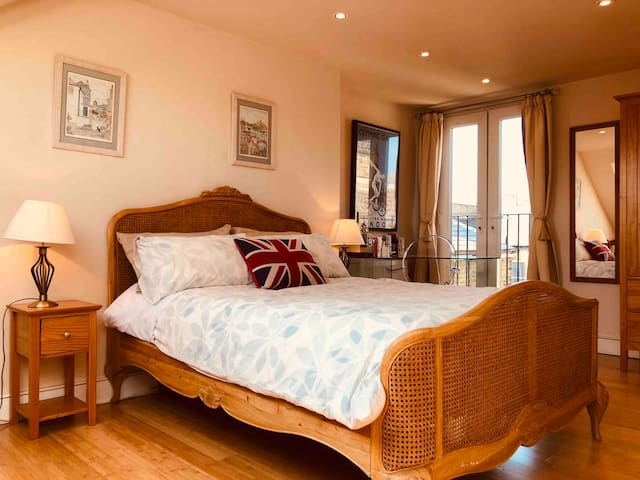 Large Bright Zone 2 Double Bed Private WC+Shower