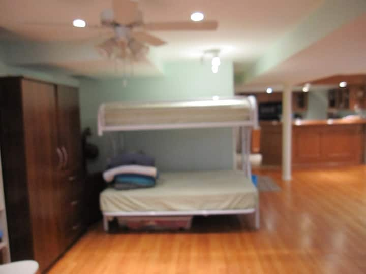 Large basement w/bunk bed, VEGETARIAN kitchen!