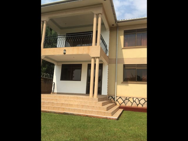 Beautiful town house ,lake view - Entebbe - บ้าน