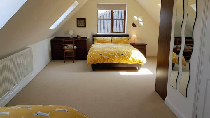 Rural farm-Spacious triple bedroom with en suite