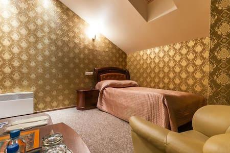 Односпальная кровать, тумбочка, кресло и столик