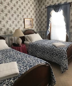 Saxtons River Inn/Twin Beds, Separate Bath 3rd FL