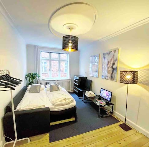 Bright & Spacious Room 2 Min to Train Station