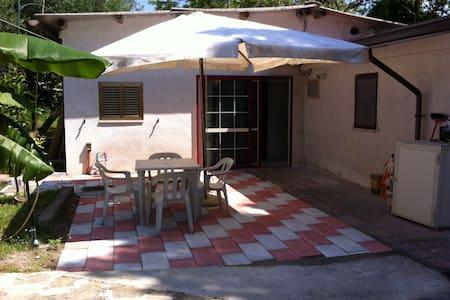 Casetta e giardino, accesso diretto alla spiaggia - Villammare - Casa
