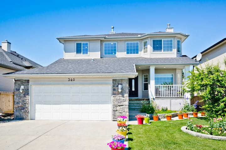 Beautiful Home in Chestermere, short walk to Lake