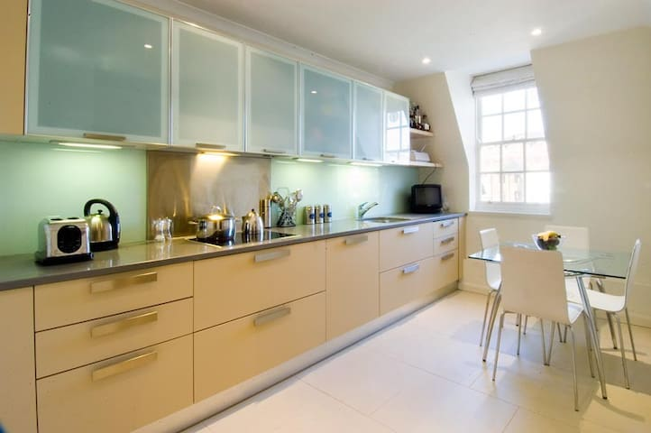 Large flat next to Kensington Palace/Notting Hill
