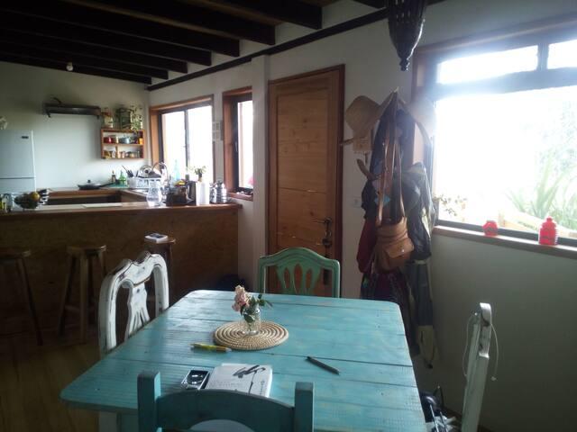Cocina y sala de comer, puerta de entrada.
