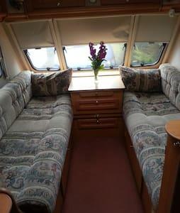 Comfortable, fixed double bed caravan - Liskeard - Дом на колесах