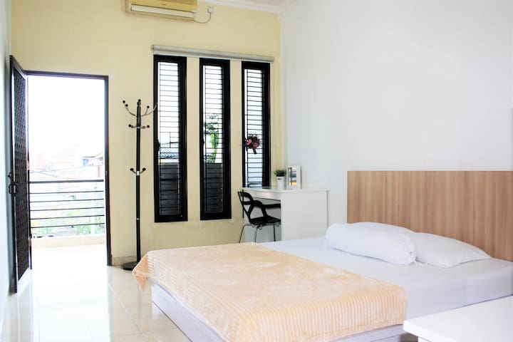 Spacious Downtown-0,9km to Tunjungan Plaza-ROOM 1