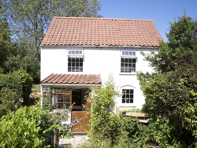 250 yr old Cottage with old charm & modern comfort
