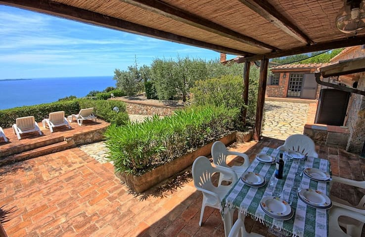 Wonderful  villa for 5 guests with WIFI, TV, patio, pets allowed, panoramic view and parking