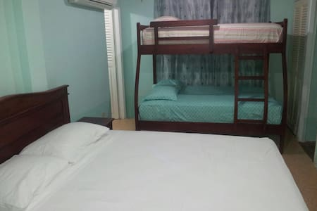 cozy room good for up to 5 persons - Salinas