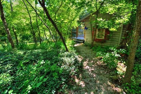 Your own Garden of Eden  Private Cottage on lots of acreage Close to main street - ユーレカスプリングス - 一軒家