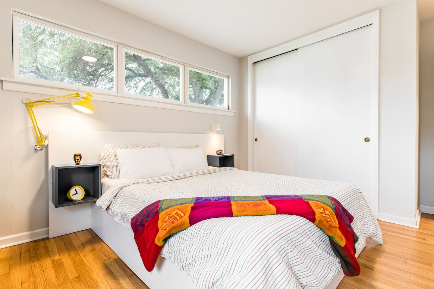 Plenty of natural light inside the room, blinds for confortable ambience at night, super comfy bed