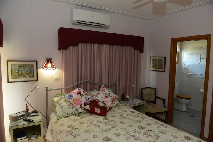 Luxury accommodation with cooked breakfast. - Parkes - Penzion (B&B)