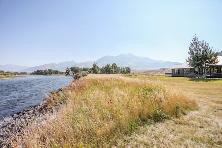 Yellowstone River frontage home 25 minutes from Yellowstone National Park| 3 Bedroom, 2 Bathroom