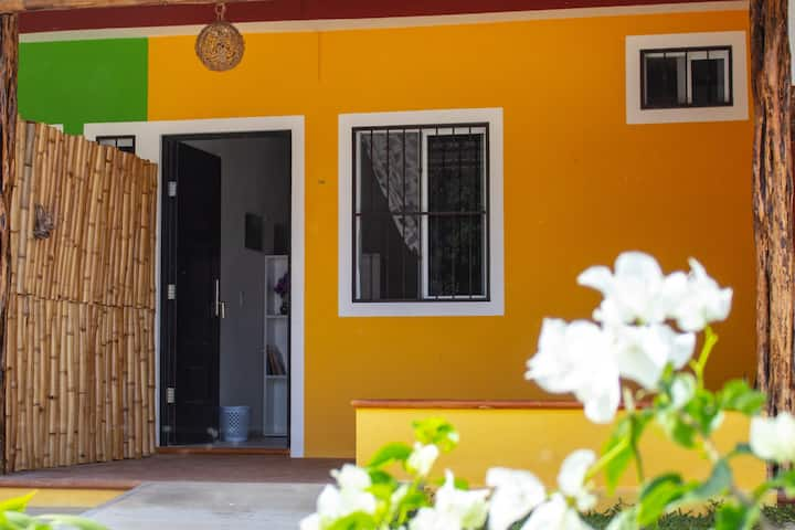 Casita Amarilla (WiFi, Parking, AC, H/C Water)