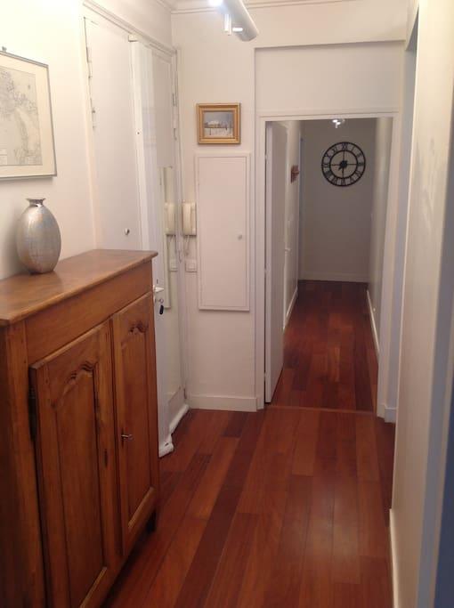Hall d'entrée et couloir vers les 2 chambres